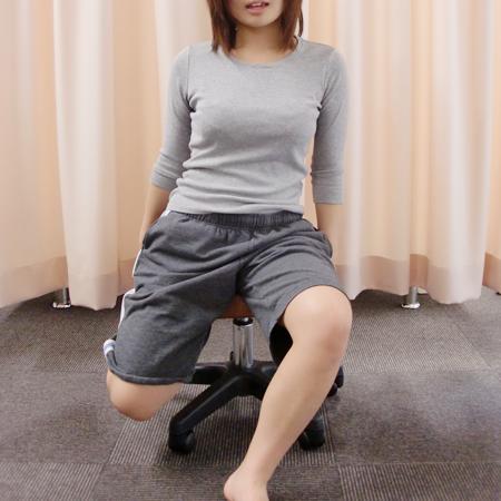座った状態なら・・・股関節の前が伸びるようにしましょう