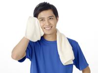 夏バテ悪化の防止は汗をかいた後の処置!タオルで汗を拭いている男性の写真