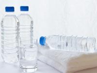 夏バテ予防には水分補給をこまめに!ペットボトル入りの水とコップに注がれた水